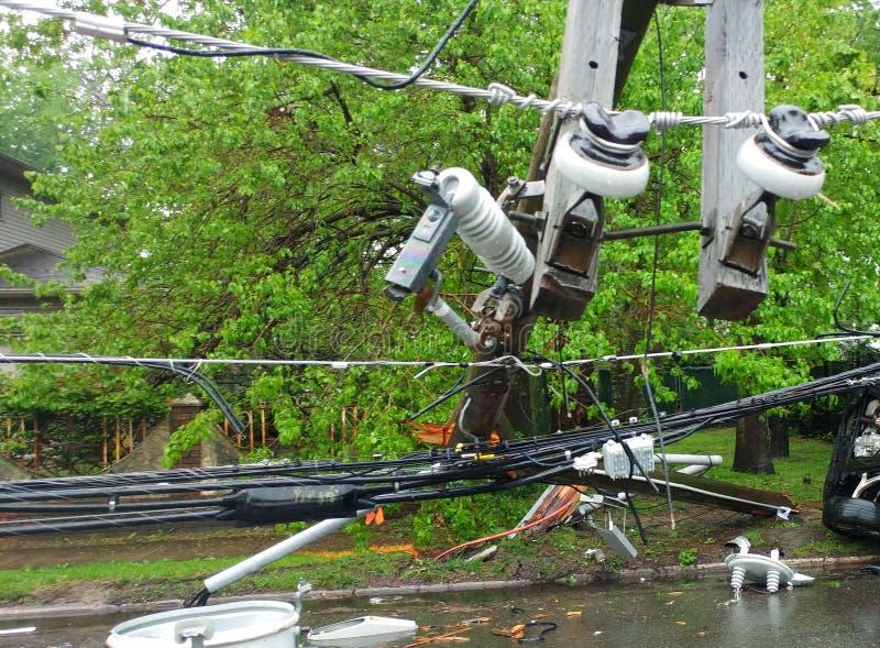Sturm beschädigte elektrischen Transformator auf einem Pfosten und einem Baum lizenzfreies stockbild
