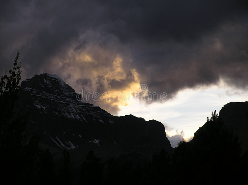 Sturm in den Bergen lizenzfreie stockbilder