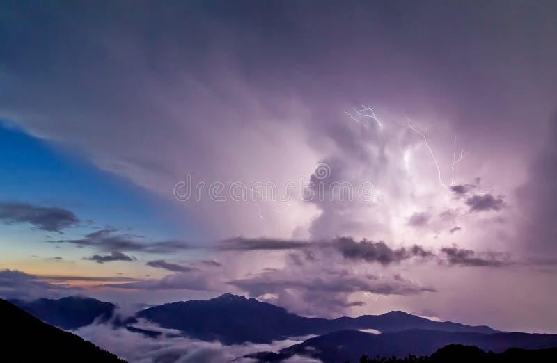 Sturm in den Bergen Sturmwolken über Schnee-mit einer Kappe bedeckten Bergen stockfoto