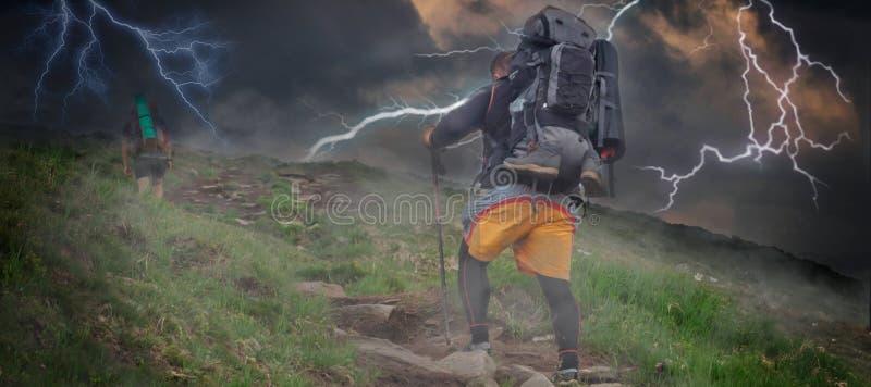Sturm, der Blitz in den Bergen beleuchtet Der Tourist erscheint und Bewegungen nicht zum Ziel, nur vorwärts zur Spitze lizenzfreies stockbild