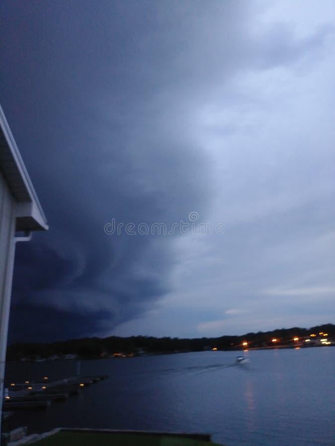 Sturm, der langsam über Seewasser rollt stockbild