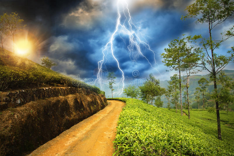 Sturm im Sonnenuntergangland lizenzfreie stockfotos