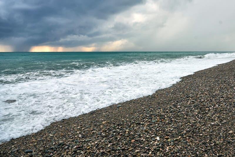 Sturm in Meer Wellen, bewölkter Himmel stockfotografie