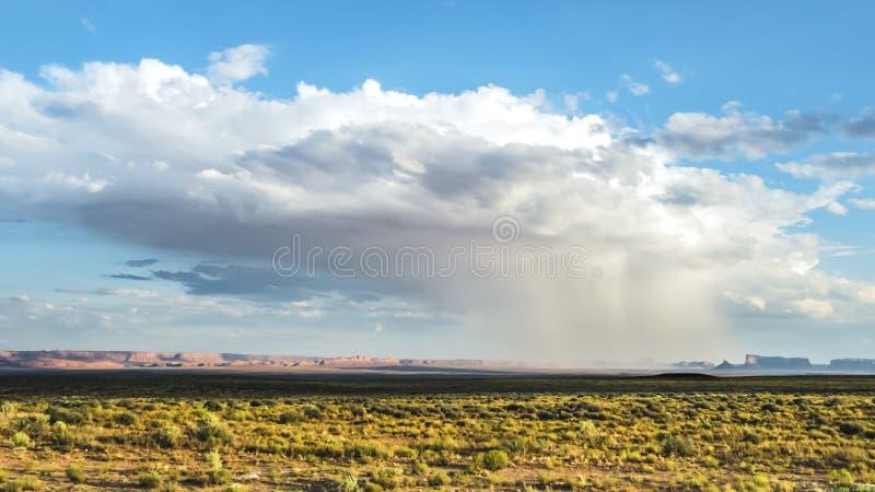 Sturm-Monument-Tal, am 8. August 2017 Lokalisierter Regensturm am Monument-Tal mit sunshining Einfassung es und sonnige Berge O lizenzfreie stockbilder