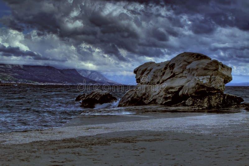 Sturm nahe großem Felsen stockfotografie
