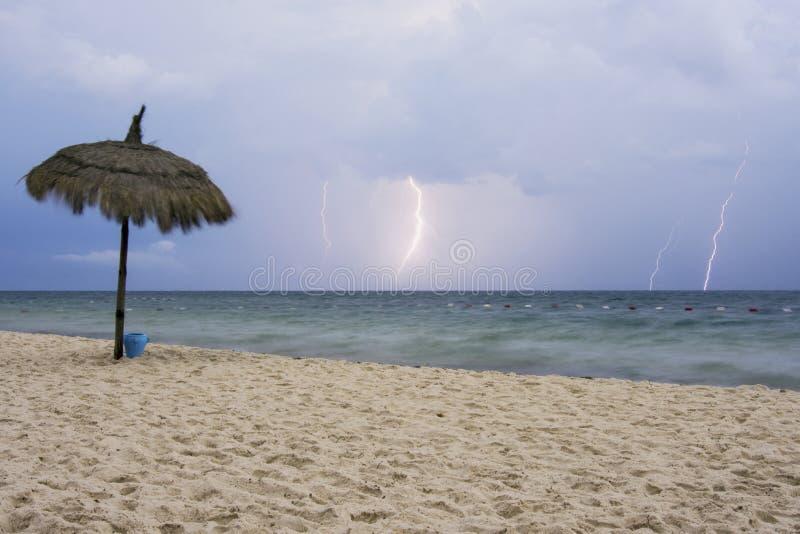 Sturm und Blitz auf dem Strand lizenzfreies stockbild