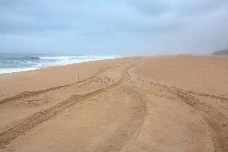 Sturm und einsamer Strand des Ozeans in Portugal, atlantisch stockfotos