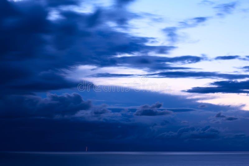 Sturm-Wolken über Titicaca-See in Bolivien stockbild