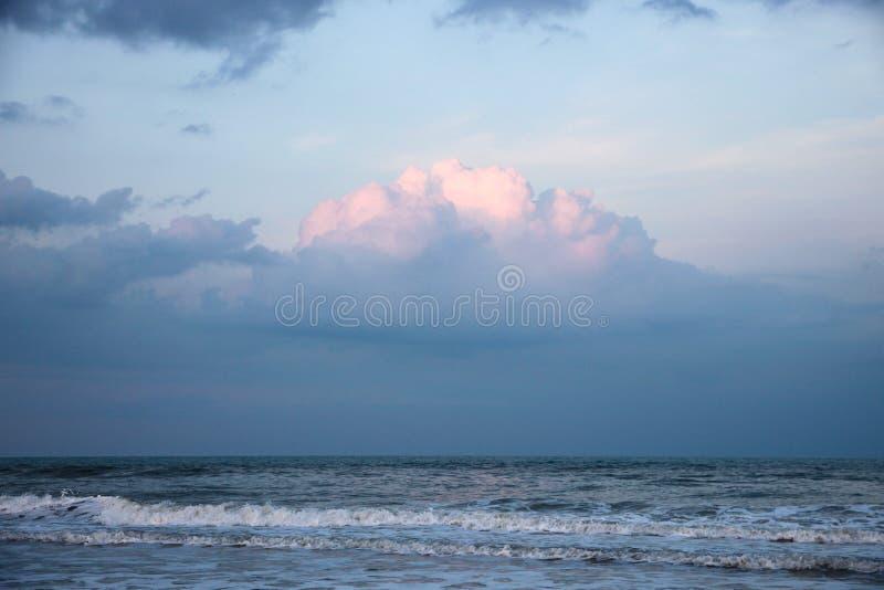 Sturm-Wolken auf dem Horizont in Jacksonville-Strand, Florida stockfotos