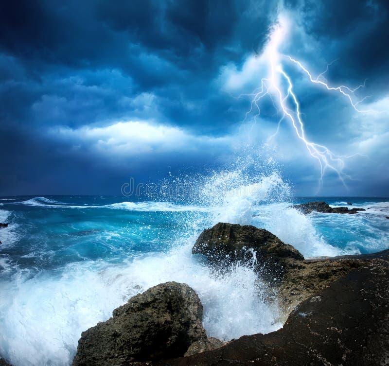 Sturmanfang mit Blitz stockbilder