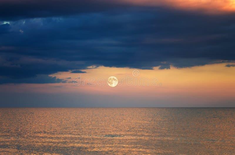 Sturmwolke über dem Meer Sonnenuntergang Mond-Aufstieg stockbilder
