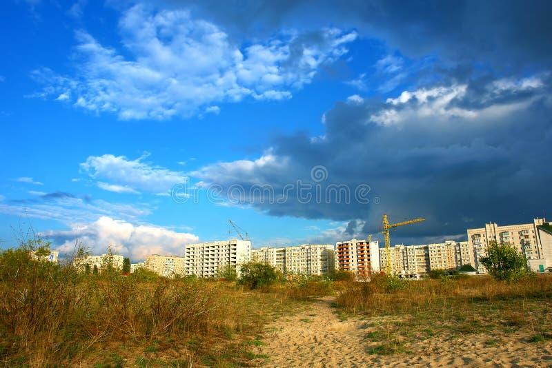 Sturmwolke über einer Stadt stockfotografie