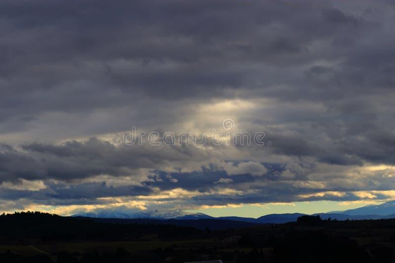 Sturmwolken über Pyrenean Bergen lizenzfreie stockfotos