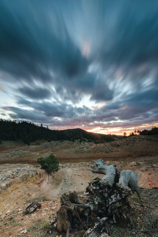 Sturmwolken in einer kahlen Landschaft, Ifrane, Marokko lizenzfreie stockfotos