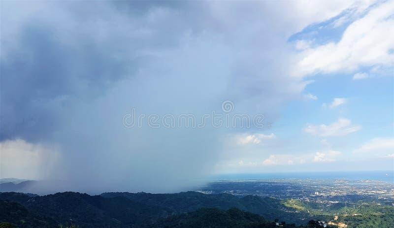 Sturmwolken erfassen über der Bucht von Cebu, Philippinen stockbild