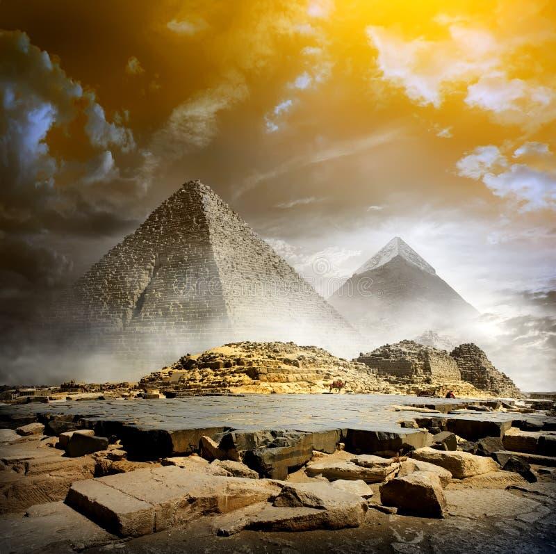 Sturmwolken und -pyramiden stockbilder