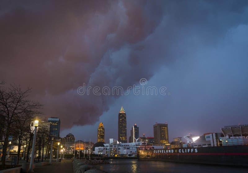 Sturmwolkenversammlung über den Cleveland-Skylinen lizenzfreies stockbild