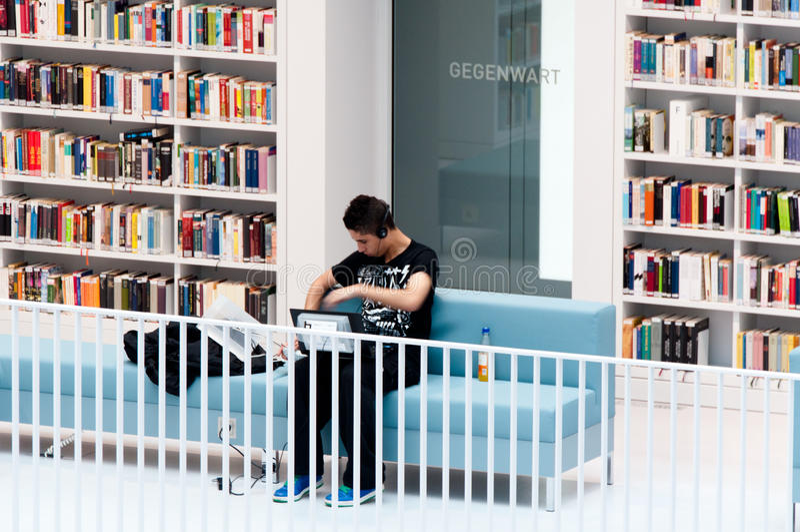 Stuttgart - étudiant dans la bibliothèque publique photographie stock libre de droits