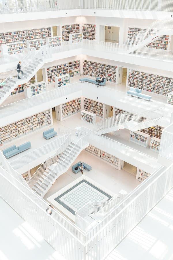 Stuttgart, Alemania - 5 de abril de 2018: Interior del nuevo público l imagenes de archivo