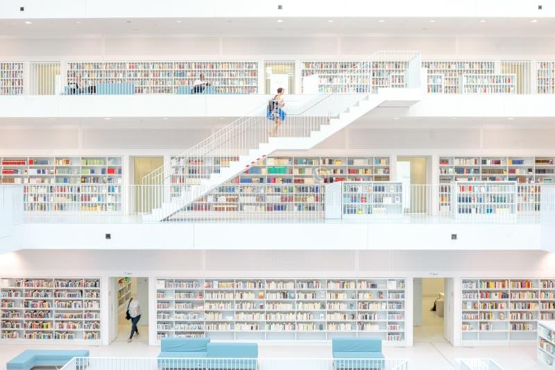 Stuttgart, Alemania - 5 de abril de 2018: Interior del nuevo público l foto de archivo