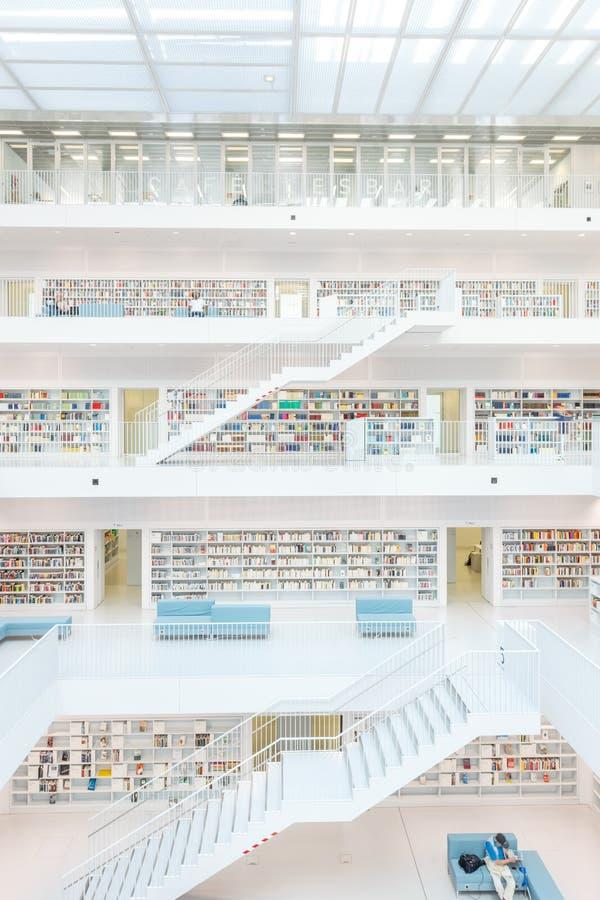 Stuttgart, Alemania - 5 de abril de 2018: Interior del nuevo público l fotografía de archivo