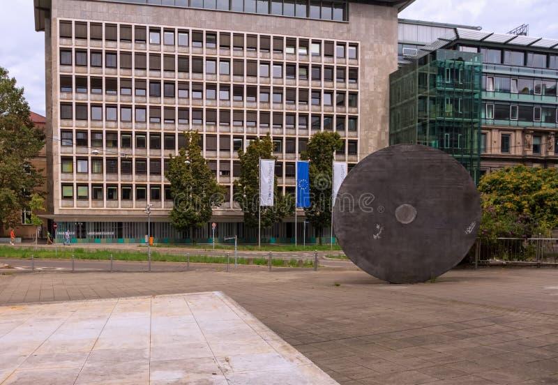 STUTTGART, ALEMANIA - 20 DE AGOSTO DE 2016: Conocen a Gustavo-Heinemann-Platz este lugar para el Börse y las diversas cortes foto de archivo libre de regalías