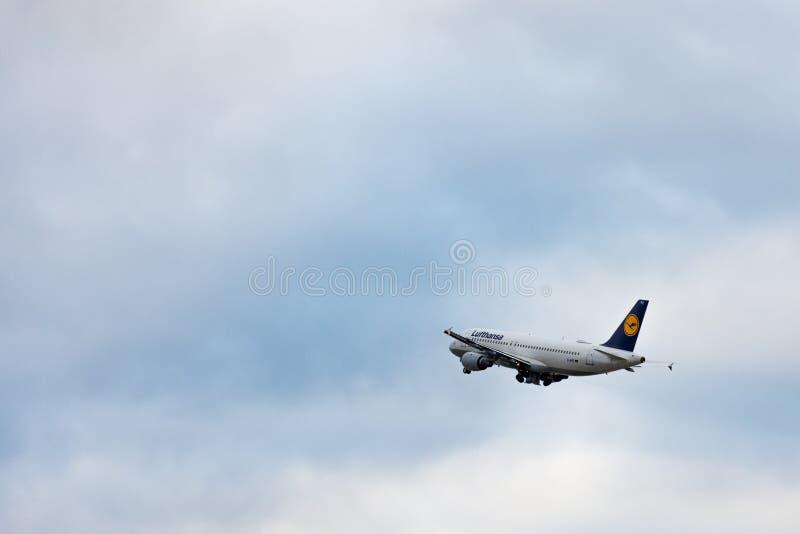 Stuttgart, Alemania - 3 de febrero de 2018: Aeroplano A320-21 de Airbus fotografía de archivo