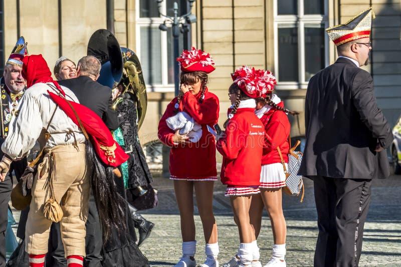 Stuttgart, Alemania - 19 de febrero de 2018: Gente que disfruta del martes de carnaval durante la estación del carnaval fotografía de archivo libre de regalías