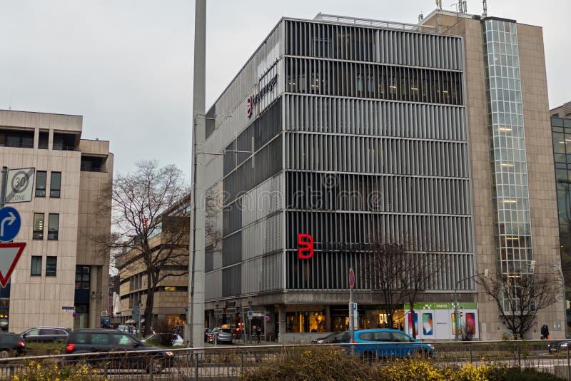 STUTTGART, ALEMANIA - ENERO 12,2018: Holzstrasse esto es el edificio viejo del almacén costoso de Breuninger en el centro de imagenes de archivo