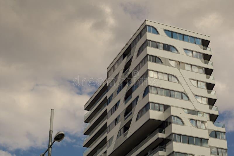 STUTTGART, ALEMANIA - JULIO 11,2018: La nube 7 que construye esto es un apartamento nuevo, moderno y un edificio de oficinas foto de archivo libre de regalías