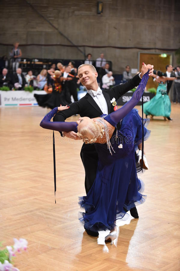 Stuttgart, Alemania - los pares de Adance en una danza presentan durante estándar del Grand Slam fotografía de archivo