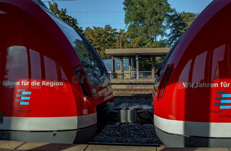 STUTTGART-BAD CANNSTATT, BADEN-WURTTEMBERG, ALEMANIA - AGOSTO 25,2016: La estación de tren es una pequeña estación imagenes de archivo