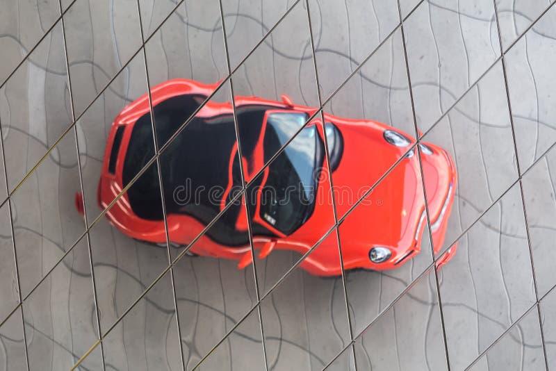 Stuttgart, Baden-Wurttemberg/Alemania - 21 08 18: coche de Porsche en frente algunas veces las reflexiones de Stuttgart Alemania  imagen de archivo libre de regalías