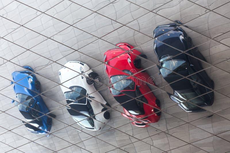 Stuttgart, Baden-Wurttemberg/Deutschland - 21 08 18: Porsche-Autos in der Front oft die Reflexionen Porsche-Museumsstuttgarts Deu lizenzfreies stockbild