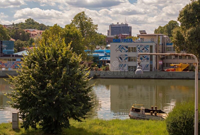 STUTTGART, DEUTSCHLAND - 13. AUGUST 2016: Schlechtes Cannstatt dieses ist der Fluss Neckar vor dem Leuze lizenzfreies stockfoto