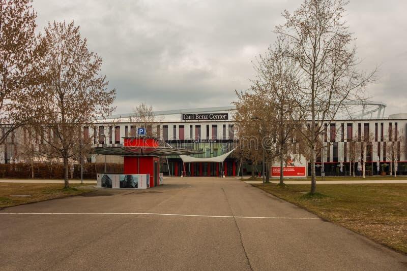 STUTTGART, DEUTSCHLAND - MÄRZ 02,2019: Schlechtes Cannstatt Carl Benz Center ist in Neckarpark stockfotografie