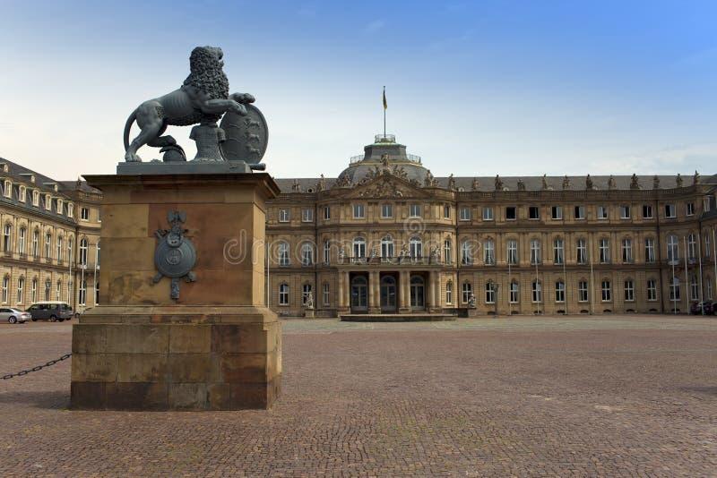 STUTTGART, DEUTSCHLAND 31. MAI 2012: Löweskulptur mit Kamm vor dem Haupteingang des neuen Schlosses Neues Schloss in Ger lizenzfreie stockfotos