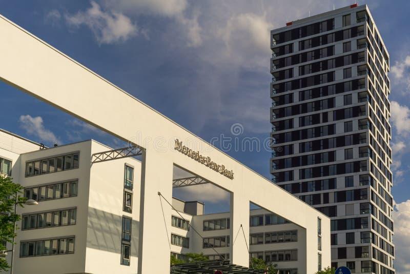 STUTTGART, DEUTSCHLAND - MAI 25,2018: Rheinsthalstrasse dieses ist das Bürogebäude Mercedes Banks stockfotografie