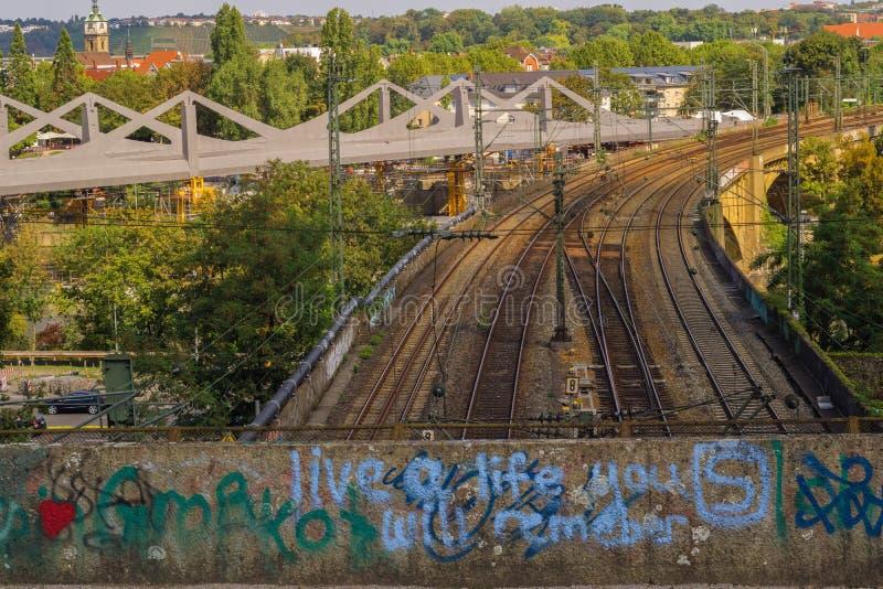 STUTTGART, DEUTSCHLAND - SEPTEMBER 15,2018: Schlechtes Cannstatt dieses ist die Brücke mit Eisenbahnen für Züge stockfotos