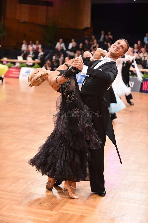 Stuttgart, Duitsland - Adance-het paar in een dans stelt tijdens Grote Slagnorm stock afbeelding