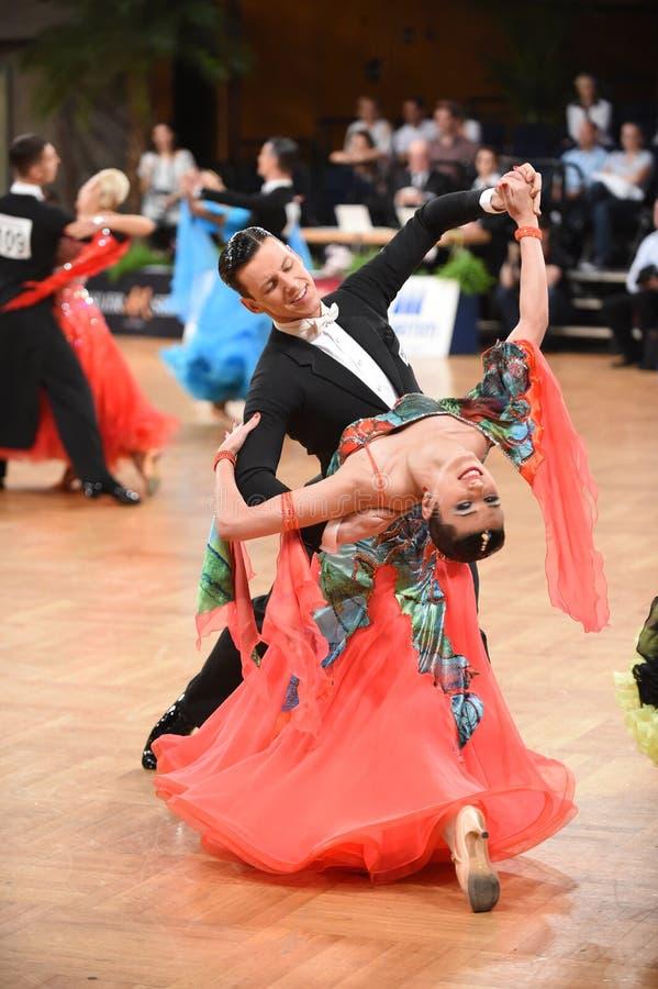 Stuttgart, Duitsland - Adance-het paar in een dans stelt tijdens Grote Slagnorm stock fotografie
