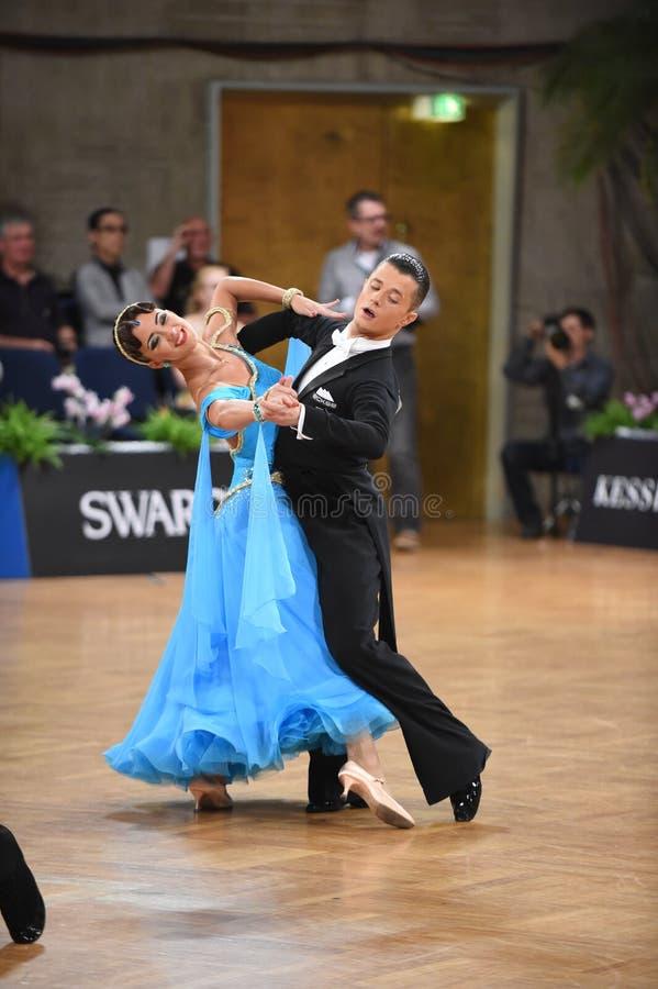 Stuttgart, Duitsland - Adance-het paar in een dans stelt tijdens Grote Slagnorm stock foto's