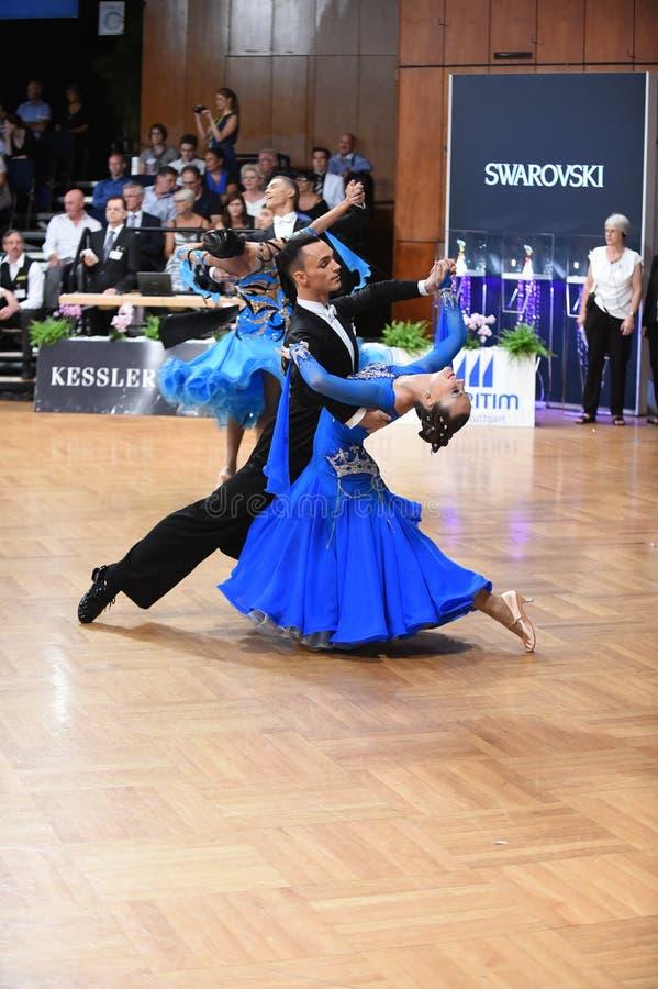 Stuttgart, Duitsland - Adance-het paar in een dans stelt tijdens Grote Slagnorm stock foto