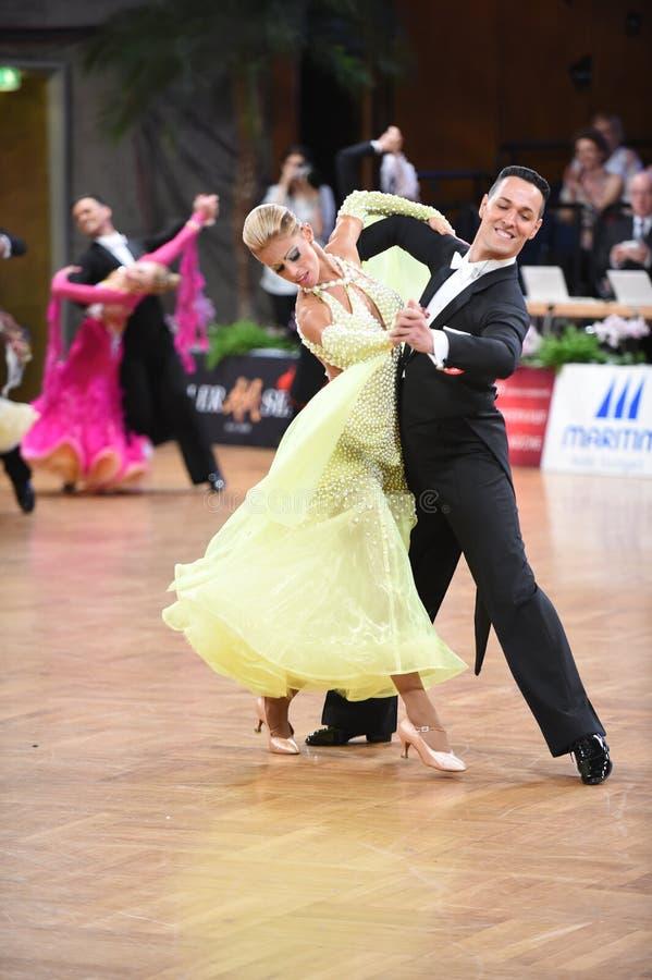 Stuttgart, Duitsland - Adance-het paar in een dans stelt tijdens Grote Slagnorm royalty-vrije stock fotografie