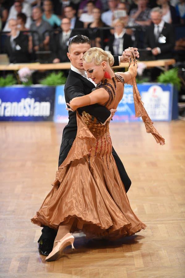 Stuttgart, Duitsland - Adance-het paar in een dans stelt tijdens Grote Slagnorm royalty-vrije stock foto's
