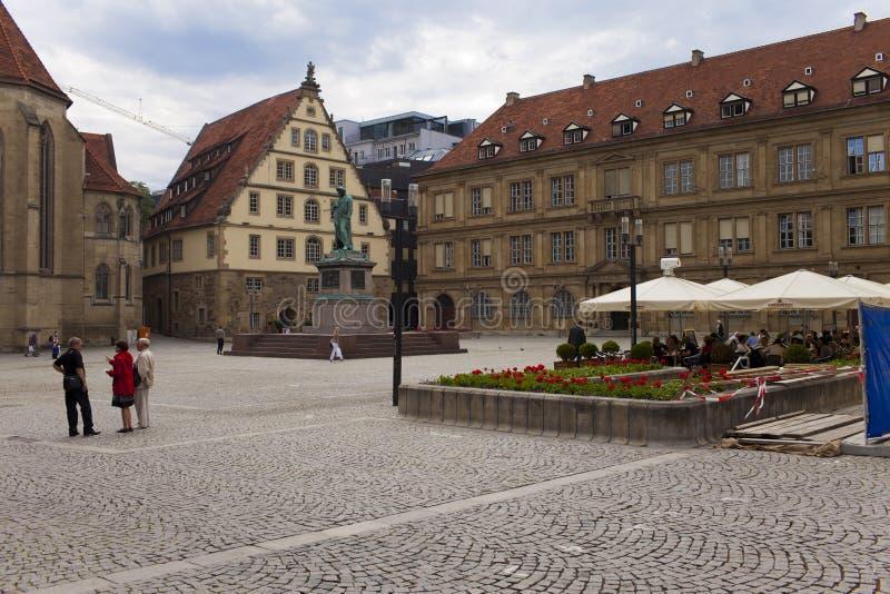 STUTTGART, DUITSLAND 31 MEI, 2012: Straatscène op het de centrale straat en Schiller-monument in Stuttgart stock afbeeldingen