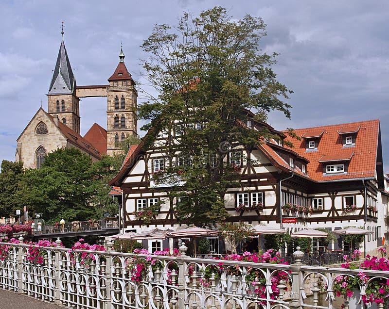 Stuttgart Esslingen in Germania con le case in legno e una chiesa fotografia stock libera da diritti