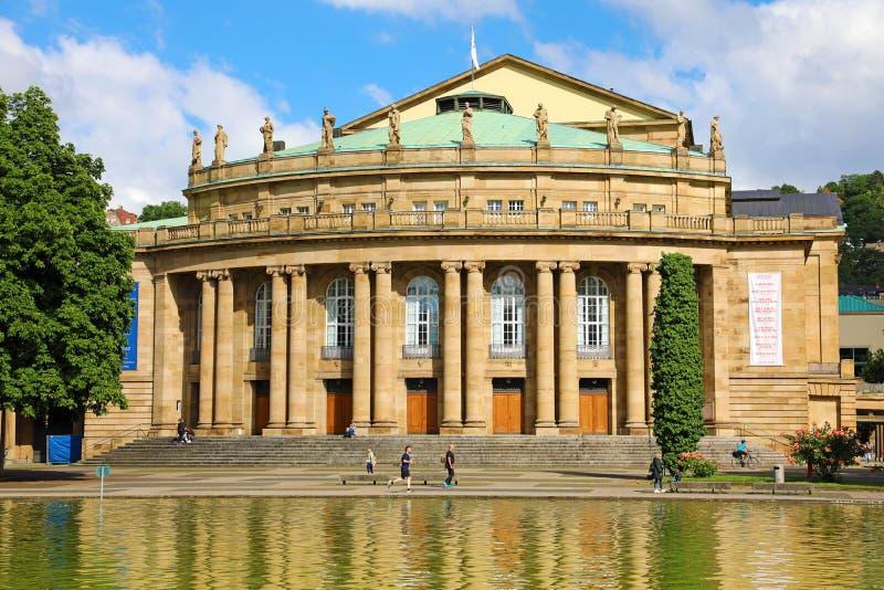 STUTTGART, GERMANIA - 12 GIUGNO 2019: Costruzione e fontana di opera del teatro dello stato di Stuttgart nel lago Eckensee, Germa fotografia stock