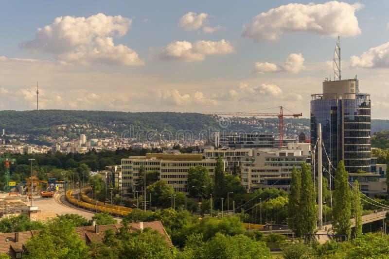 STUTTGART, GERMANIA - LUGLIO 11,2018: Ciò è l'area dalla torre di Buelow alle nuove, costruzioni moderne di affari fotografia stock libera da diritti