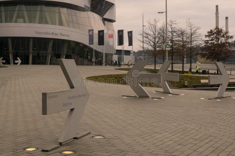 STUTTGART, GERMANIA - MARZO 02,2019: Mercedesstrasse questo è l'area dell'entrata di grande, Mercedes Benz Museum moderna immagine stock libera da diritti